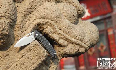Le couteau Officer Mid Tech, un folder par Sacha Thiel