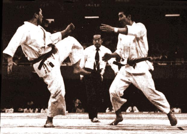 Photo d'archive d'une compétition JKA, sans aucune protection à l'époque