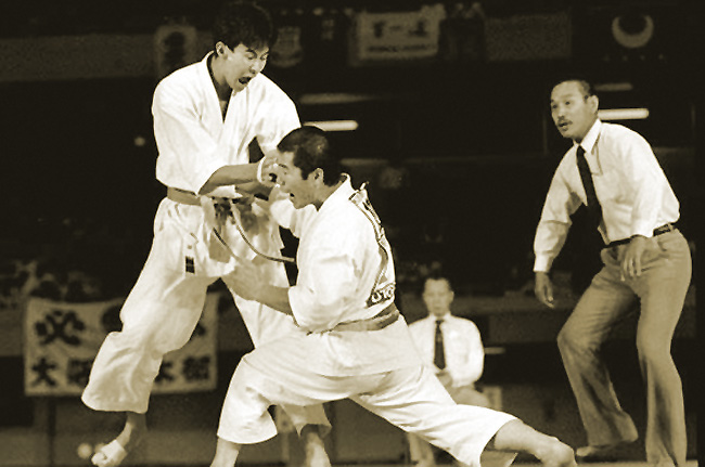 Gyaku-zuki dans une compétition JKA au Japon