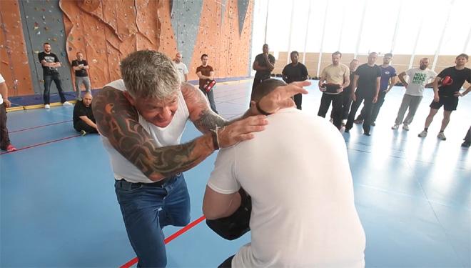 """Lee Morrison démontre une technique de self-défense """"urban combatives"""""""