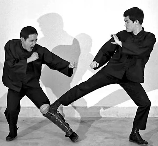 Bruce Lee low side kick-ing Teg Wong